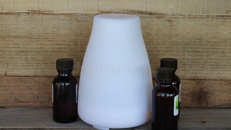 Nafciany dyfuzor i istotny olej na drewnianym tle fotografia stock