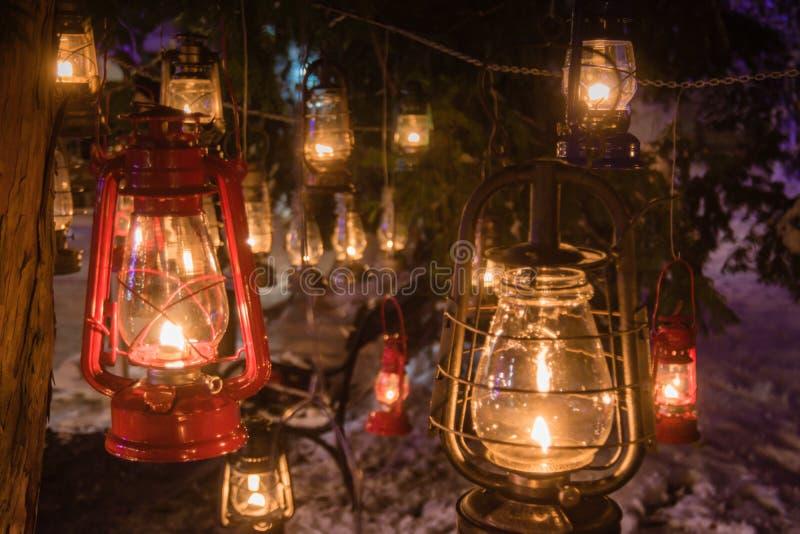Nafciany lampionów wieszać outside w zimie snowed park zdjęcie stock