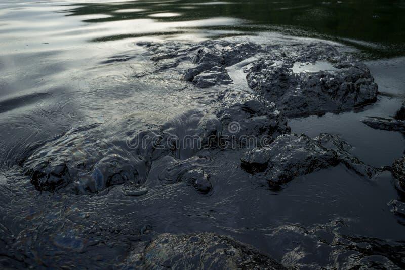 Nafciany szlam zanieczyszcza morze podczas wyciek ropy katastrofy w Samet wyspie, Rayong, Tajlandia obraz stock