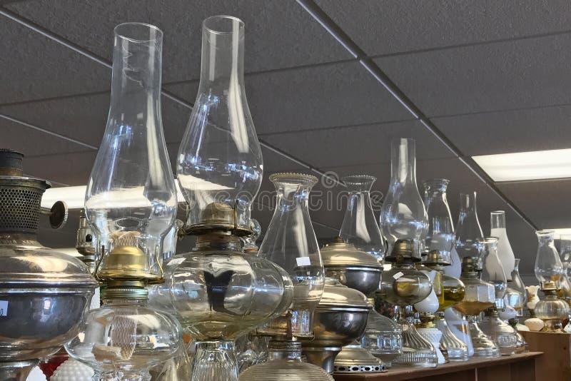 Nafta lampiony na półce w oszczędzanie sklepie lub lampy obraz royalty free