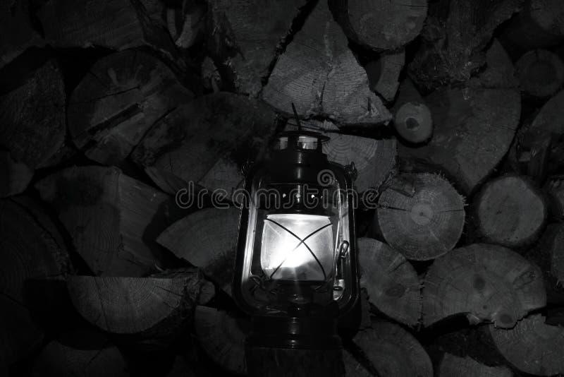 Nafty lampa w zmroku Nafty lampa na tle drewniane bele obraz stock