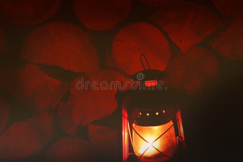 Nafty lampa w zmroku Nafty lampa na tle drewniane bele zdjęcie stock