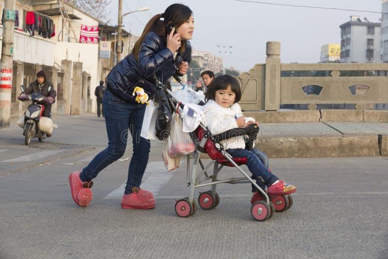 Nagły portret Yong dziecko i matka zdjęcie royalty free
