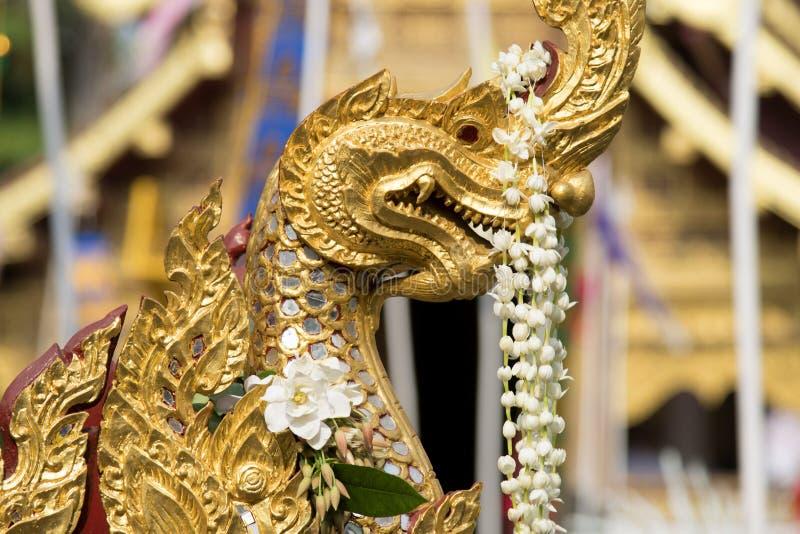 Naga, μπουντρούμια & δράκος, χρυσό γλυπτό στην Ασία στοκ εικόνα με δικαίωμα ελεύθερης χρήσης