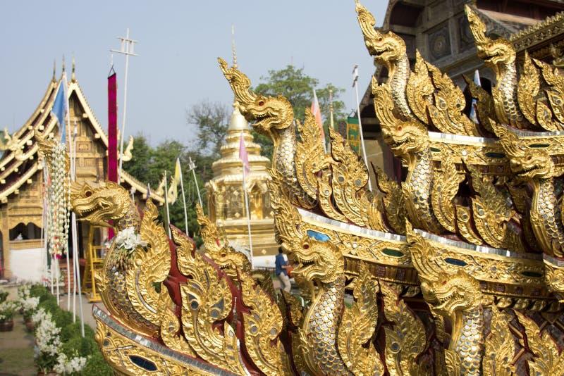 Naga, μπουντρούμια & δράκος, χρυσό γλυπτό στην Ασία στοκ εικόνα