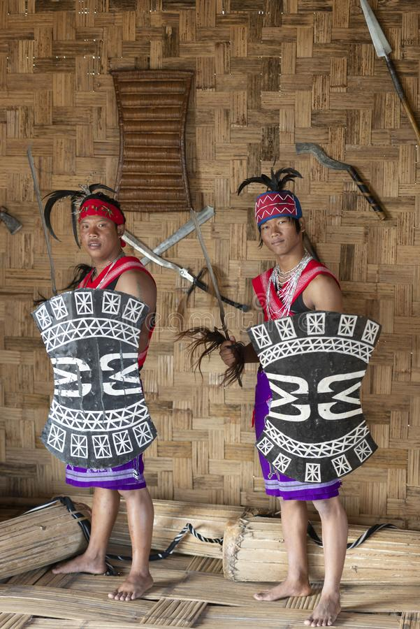Naga Garo Plemienny mężczyzna ubiera w górę tradycyjnego ubioru w przy dzioborożec festiwalem, Kohima, Nagaland, India na 1st 201 fotografia royalty free