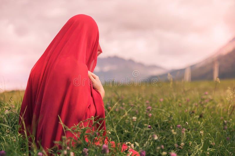 Naga kobieta w czerwonym szaliku w polu przy zmierzchem zdjęcia stock