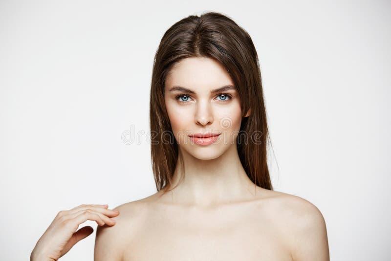 Naga młoda piękna dziewczyna z naturalnym uzupełniał uśmiecha się patrzejący kamerę nad białym tłem Kosmetologia i zdrój obraz stock