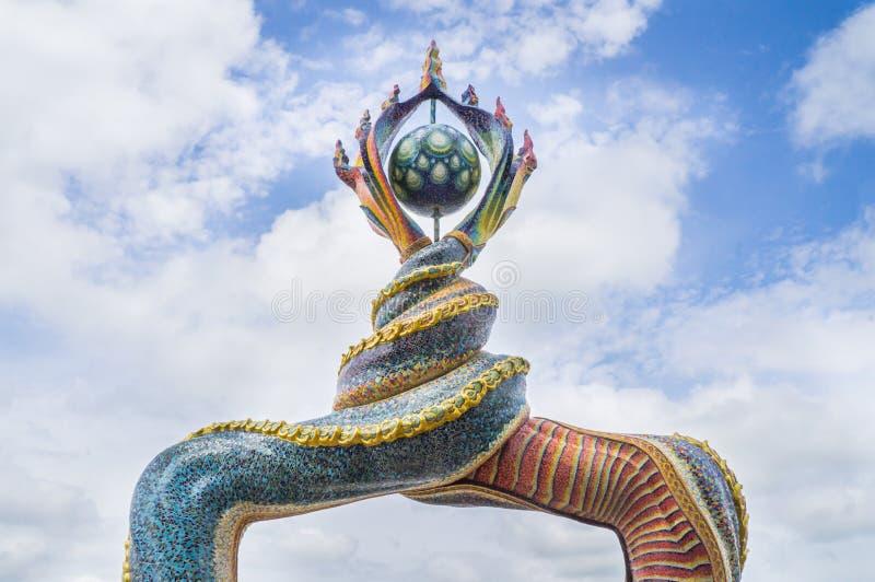 Naga ogonów rzeźba dekorował z oszkloną płytką obraz royalty free