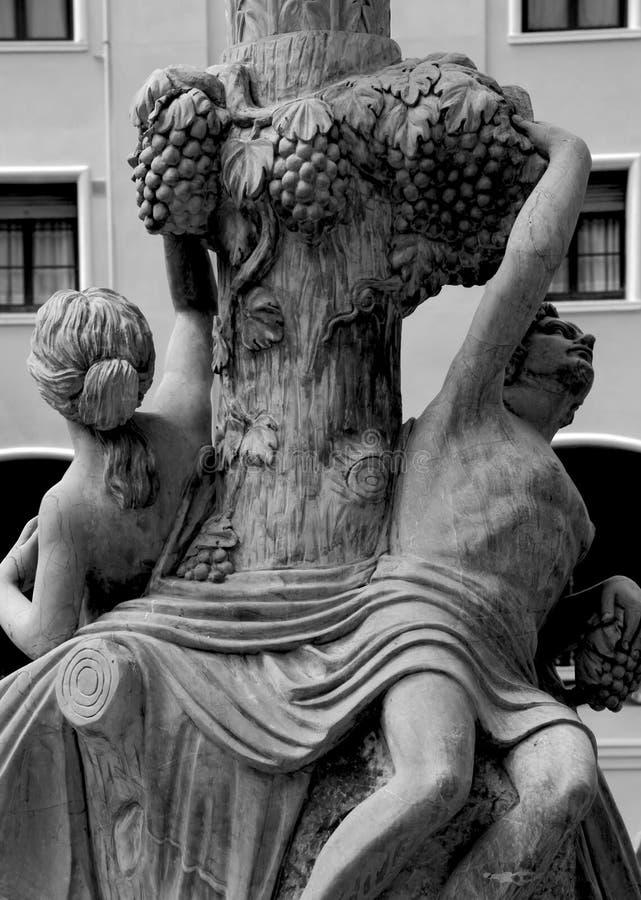 Naga para pod winogronami zdjęcie royalty free