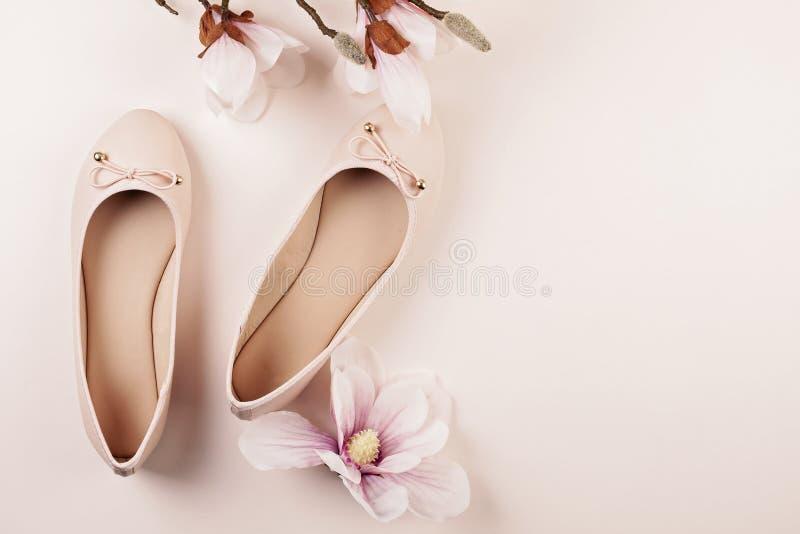 Naga postać barwiący balerina buty i magnolia kwiaty fotografia stock