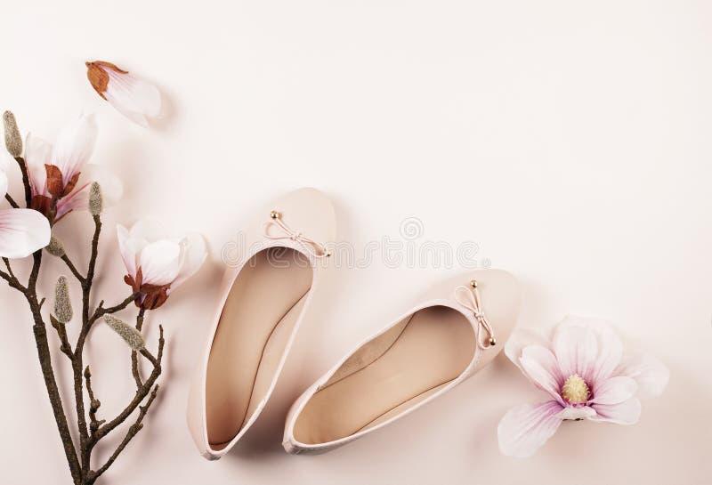 Naga postać barwiący balerina buty i magnolia kwiaty zdjęcia royalty free