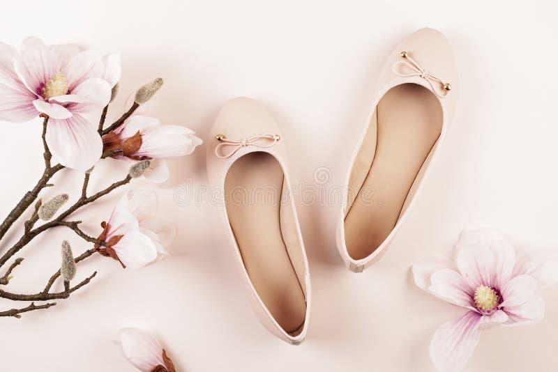 Naga postać barwiący balerina buty i magnolia kwiaty zdjęcia stock