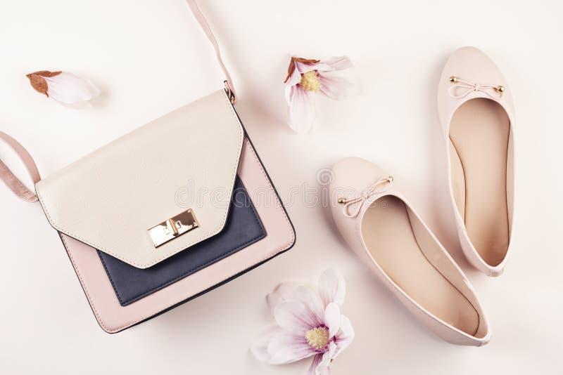 Naga postać barwiący balerina buty i magnolia kwiaty obraz stock
