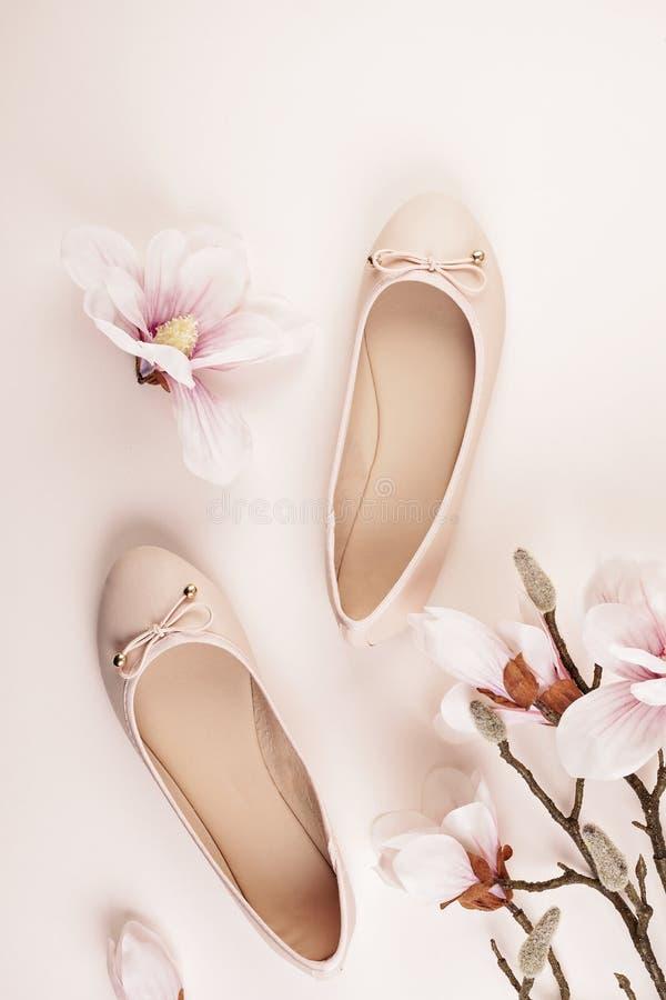 Naga postać barwiący balerina buty i magnolia kwiaty obraz royalty free
