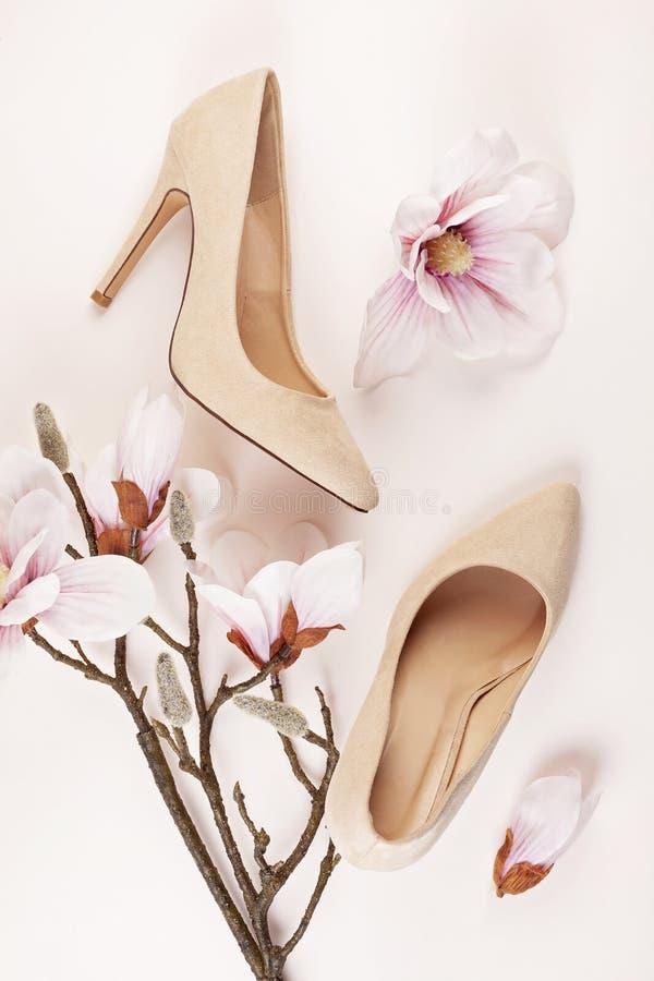Naga postać barwiący szpilki buty i magnolia kwiaty zdjęcia stock