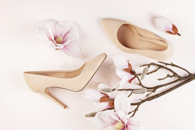 Naga postać barwiący szpilki buty i magnolia kwiaty obrazy stock