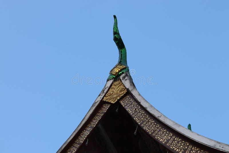 Naga rzeźbią na dachu świątynia w kierunku niebieskiego nieba zdjęcie royalty free