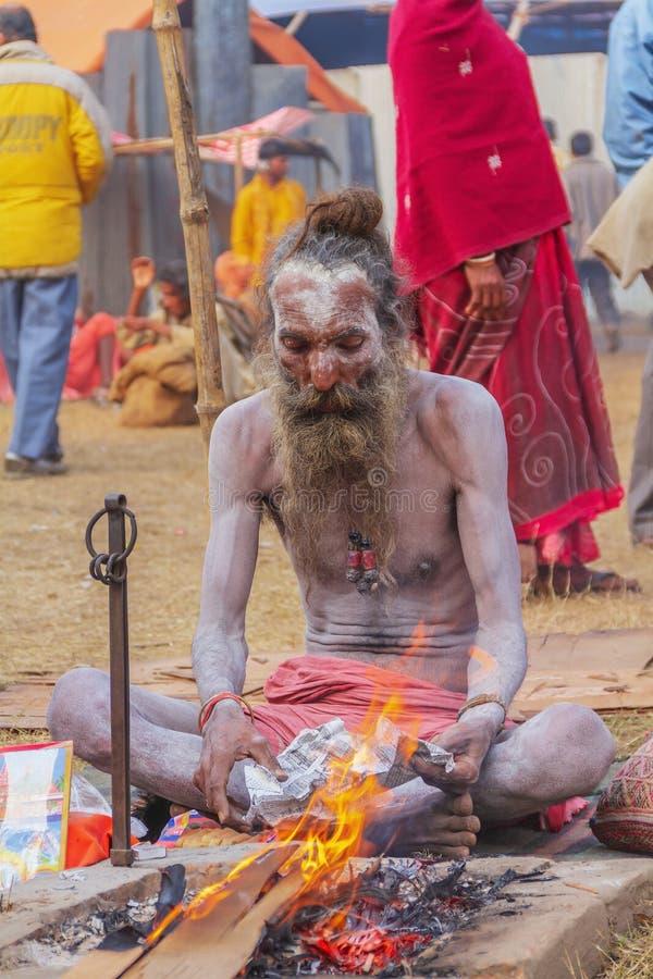 Naga Sadhu Preparing Fire For Cold lizenzfreie stockfotos