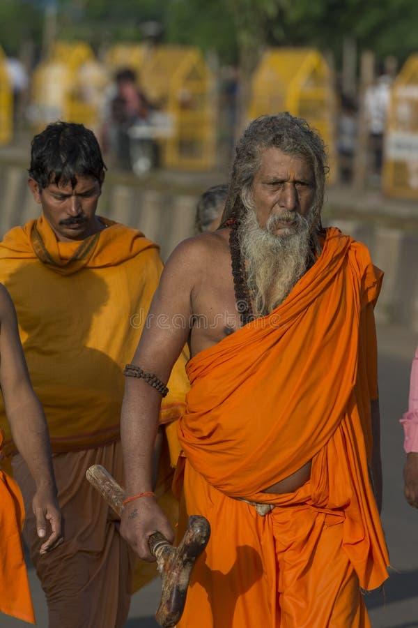 Naga Sadhu que anda em Kumbh Mela Trambakeshwar, nasik, Maharashtra, Índia fotografia de stock royalty free