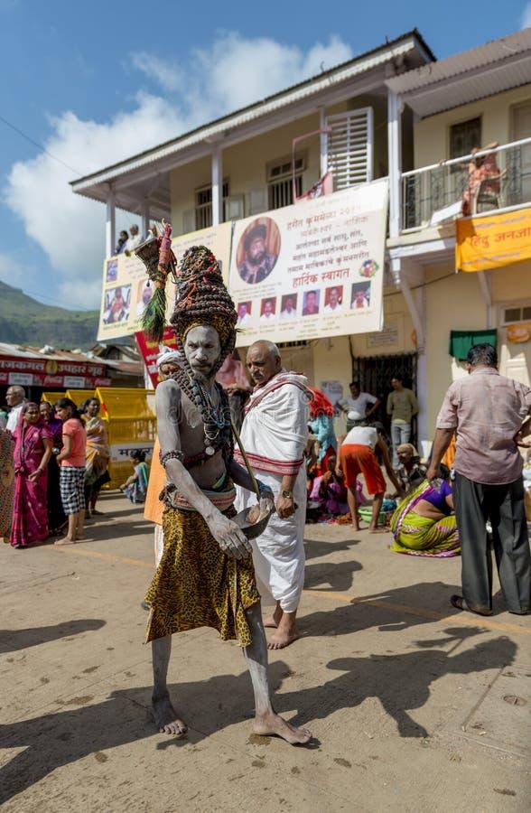 Naga Sadhu que anda nas ruas, Nasik, Maharashtra, Índia imagem de stock
