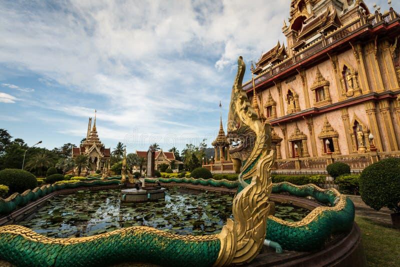 Naga skulpterar i trädgården av chalongtemplet, Phuket, Thailand royaltyfria foton
