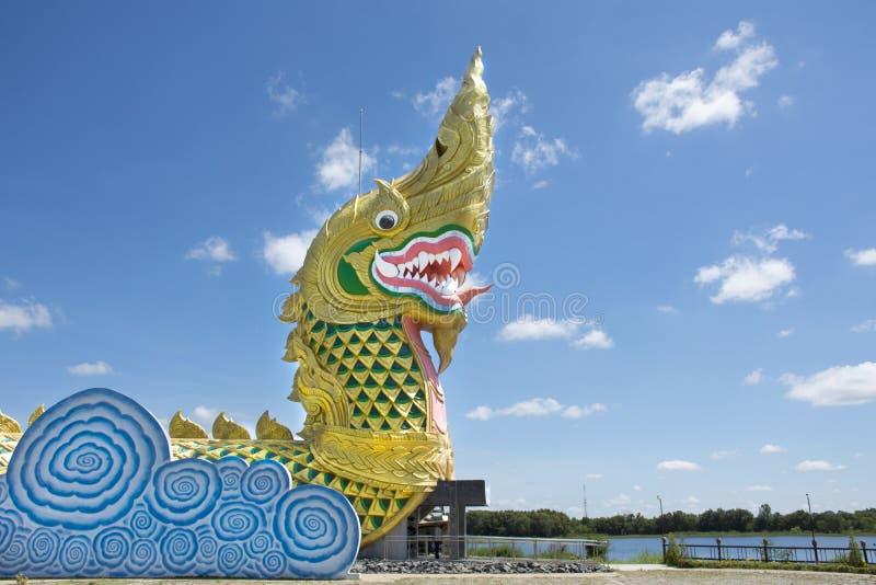 Naga statua przy brzeg rzeki Chi rzeka blisko Phayakunkak muzeum w Yasothon, Tajlandia obraz stock