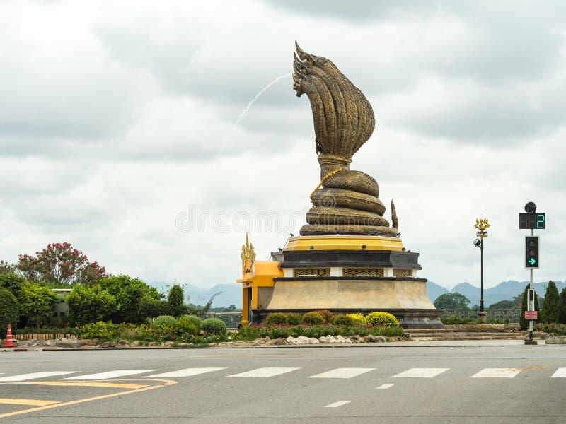 Naga statyn namngav Phaya Sisattanakar i provinsiella Nakhonphanom parkerar, Thailand arkivbilder