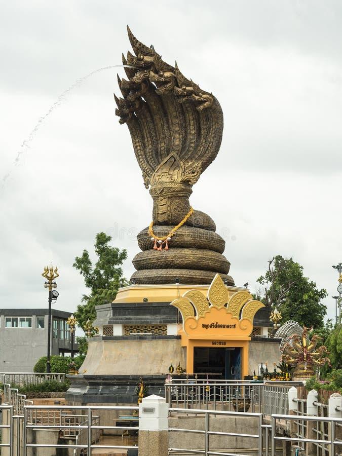 Naga statyn namngav Phaya Sisattanakar i provinsiella Nakhonphanom parkerar, Thailand royaltyfri fotografi