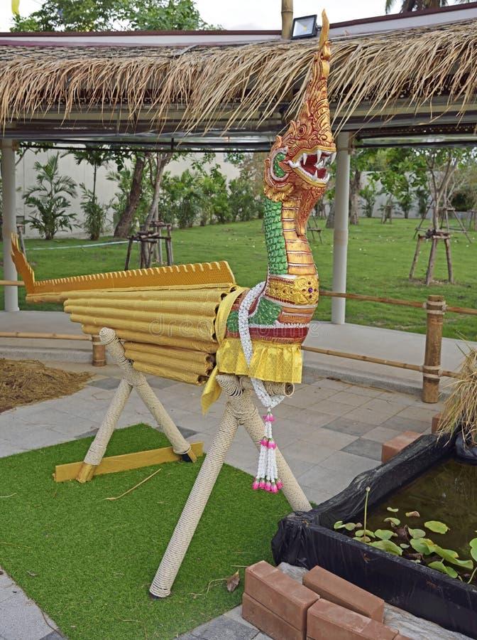 Nagahuvud med träbambukroppen royaltyfri fotografi