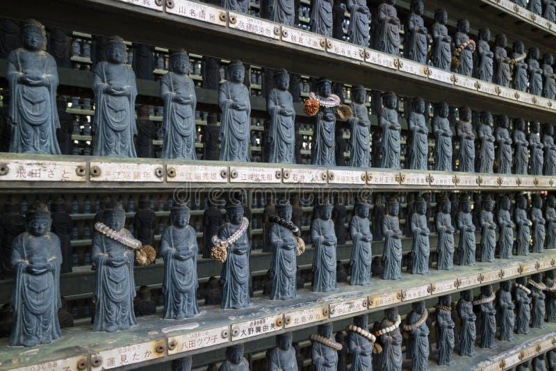 Nagano, Japon - 3 juin 2017 : Rangées de pierre traditionnelle découpées photographie stock libre de droits
