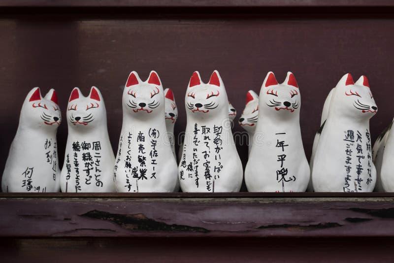 Nagano - le Japon, le 3 juin 2017 : Rangée de petit Kitsune votif, renard fi image libre de droits