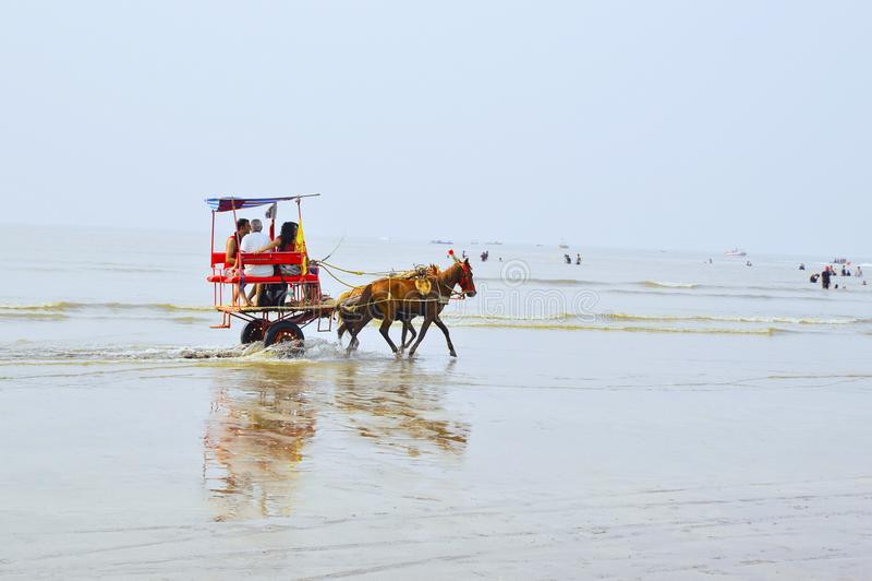 NAGAON plaża, maharashtra, INDIA 13 JAN 2018 Turyści cieszą się końską fury przejażdżkę zdjęcia stock