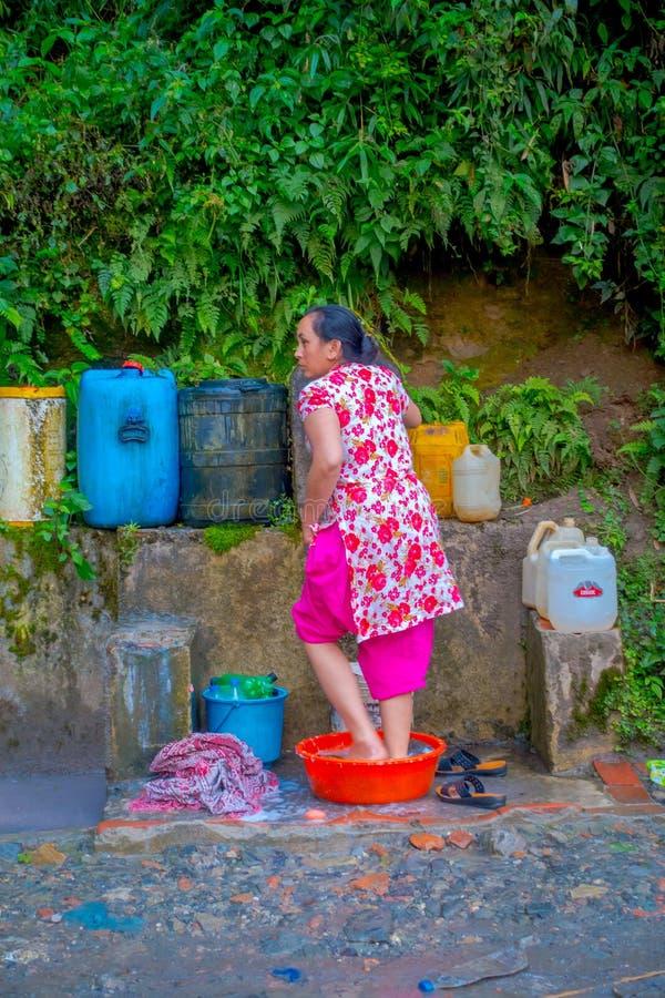 NAGARKOT, NEPAL 11 DE OCTUBRE DE 2017: Mujer no identificada que se lava los pies debajo de una bandeja plástica en Nagarkot, Nep fotos de archivo libres de regalías