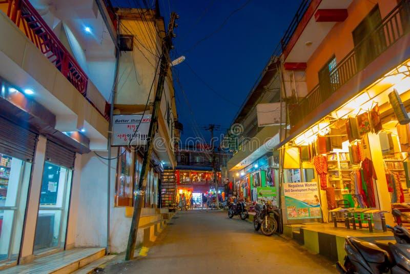 NAGARKOT, NEPAL AM 11. OKTOBER 2017: Schöne Nachtansicht von dowtown mit nicht identifizierte Leute gehenden arounds im nagarkot stockbild
