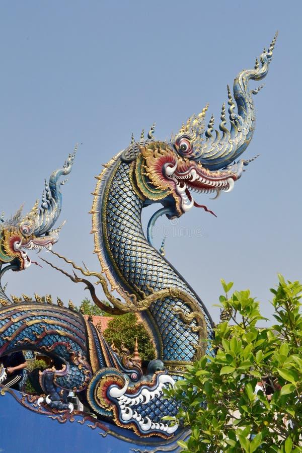 Nagas: Arte do estuque em Wat Rong Sua Ten, Chiang Rai Province, Tailândia imagem de stock