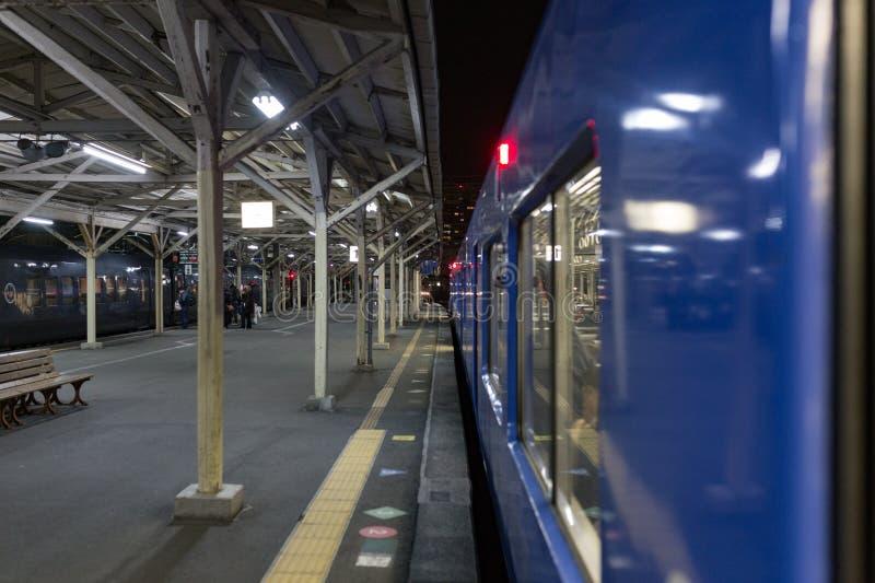 Nagasaki, Japón - 19 de febrero de 2018 - entrene en la estación de tren de Nagasaki fotos de archivo