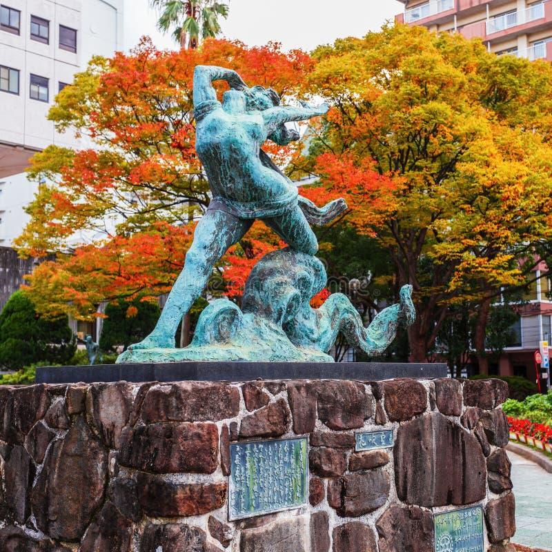 Nagasaki, Japón - 14 de noviembre de 2013: Escultura c de la muchacha y del pulpo fotos de archivo