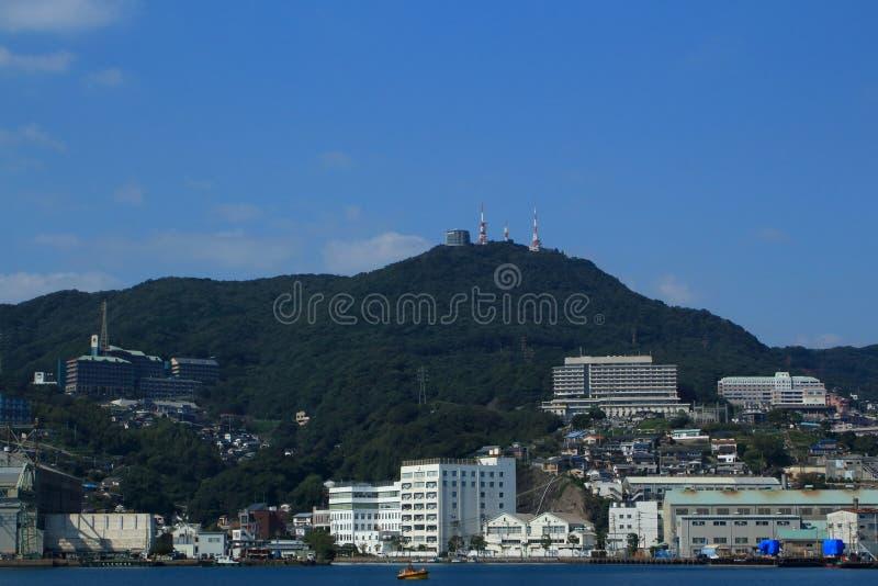 NAGASAKI, JAPÓN - 2016: Visión desde el puerto de Nagasaki en la ciudad y las montañas circundantes imagenes de archivo