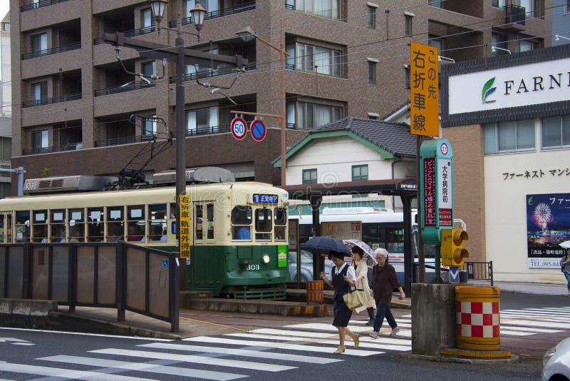 NAGASAKI, JAPAN - Augusti 19, 2015 bilar och tappningspårvagn på ret royaltyfri foto