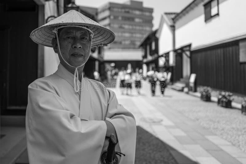 Nagasaki, Japan - Mei 18: De niet geïdentificeerde mens in traditionele kleren stelt voor de camera in Dejima-district op 18 Mei, royalty-vrije stock afbeeldingen