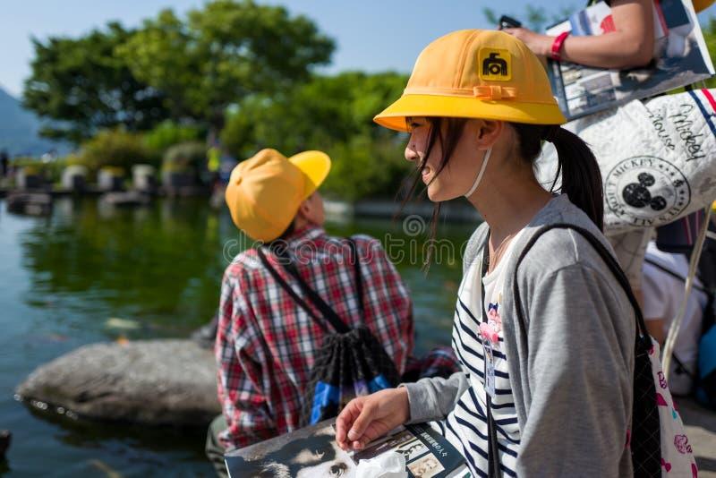 Nagasaki, Japan - Mei 18: Het niet geïdentificeerde schoolmeisje met gele hoed glimlacht in Glover Garden op 18 Mei, 2017 in Naga royalty-vrije stock afbeelding
