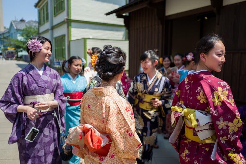 Nagasaki, Japan - Mei 18: Het niet geïdentificeerde schoolmeisje s in traditionele kleren heeft binnen pret in Dejima op 18 Mei,  stock afbeeldingen