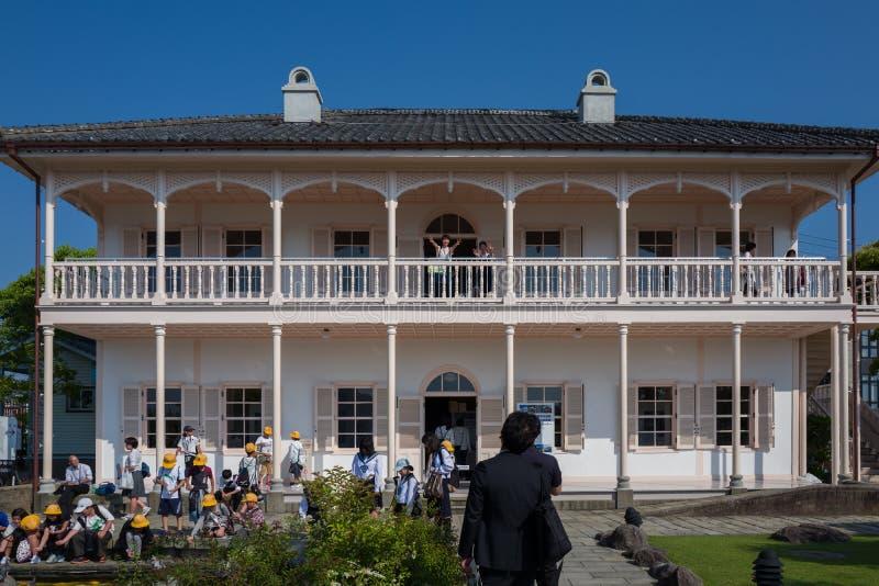 Nagasaki, Japan - Mei 18: Niet geïdentificeerde schoolmeisjes in Glover Garden op 18 Mei, 2017 in Nagasaki, Japan stock afbeeldingen