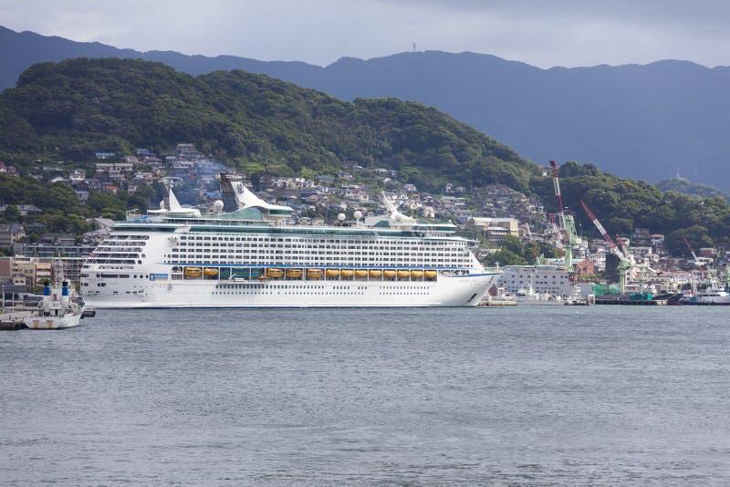 Nagasaki, Japan - SEPTEMBER 9: De REIZIGER VAN het OVERZEES kruist schip i royalty-vrije stock afbeeldingen