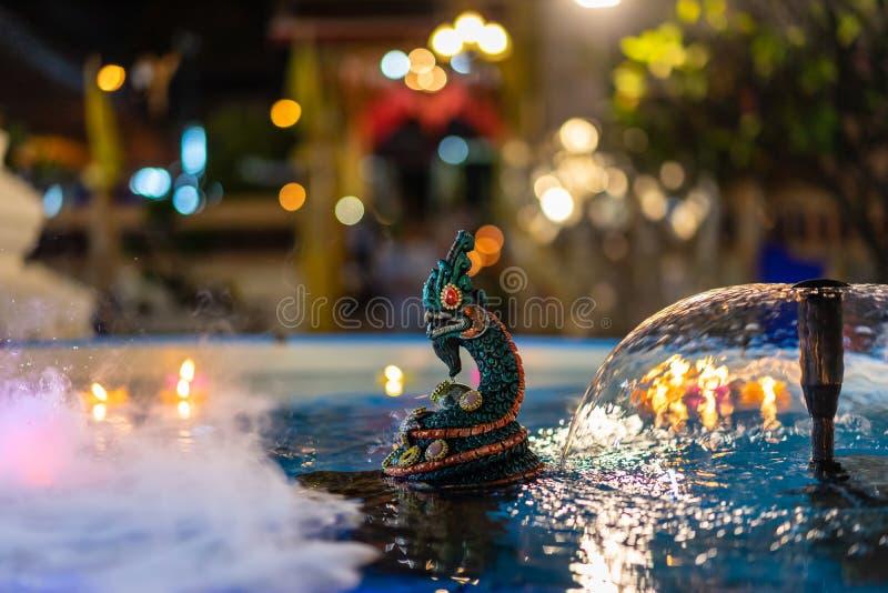 Nagastatue im Wasser nachts lizenzfreies stockfoto