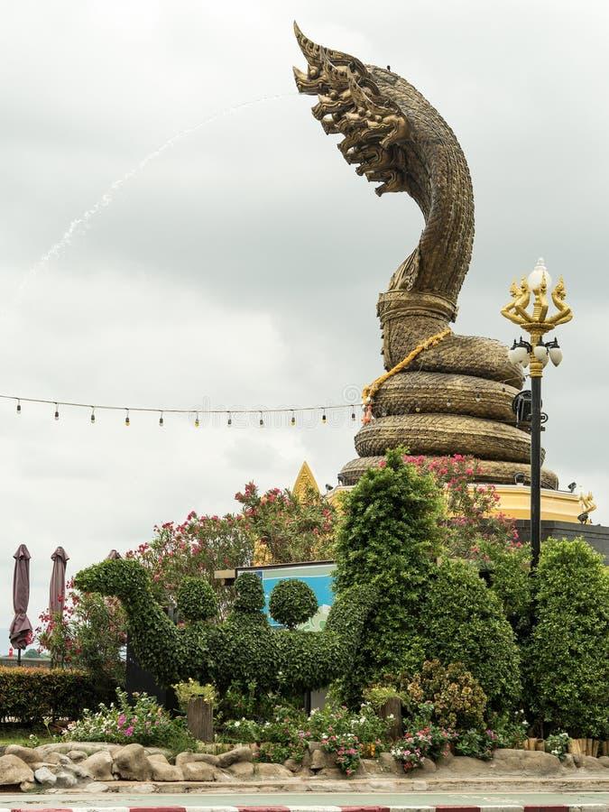 Nagastatue nannte Phaya Sisattanakar in provinziellem Park Nakhonphanom, Thailand lizenzfreie stockfotos