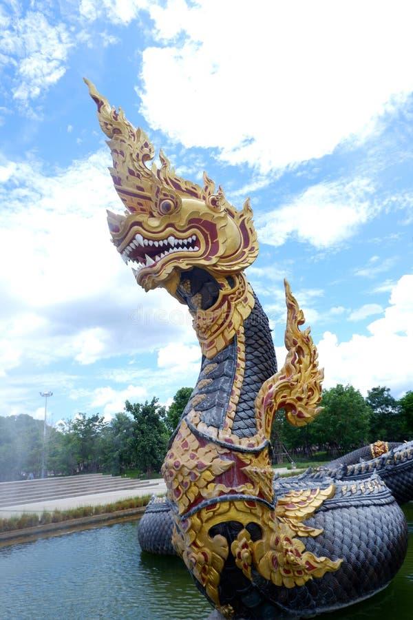 Nagastaty, konung av nagasormdjuret i buddistisk legend och moln för blå himmel i bakgrund på dhammayan wat, Thailand arkivbilder