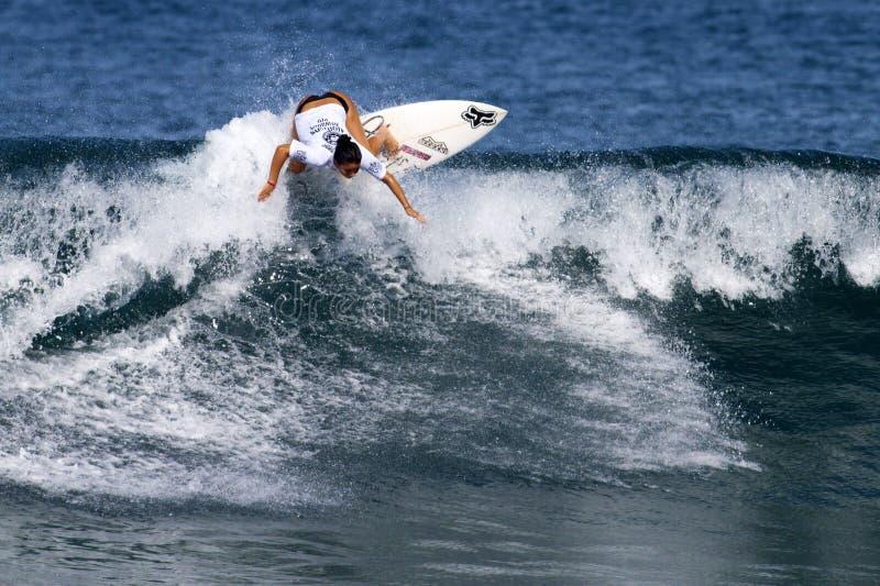 Nage Melamed, das in hawaiisches Pro der Frauen surft stockbild