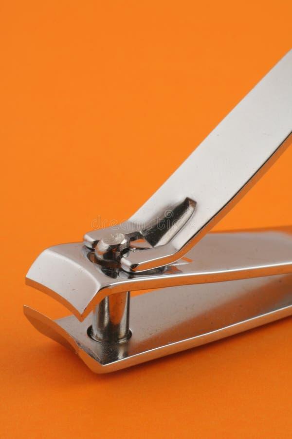Nagelklipper auf Orange stockbilder